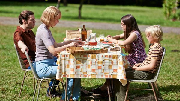 Michaela, Günther, Fred und seine Schwester Ramona Ernst (Pauletta Pollman, 2.v.r.) essen in ihrem großen Garten zu Abend