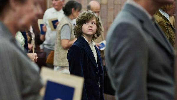 Jonas Gramowski (Valentin Wessely) wirft einen ängstlichen Blick zurück, denn gleich werden er und seine Mutter die DDR verlassen
