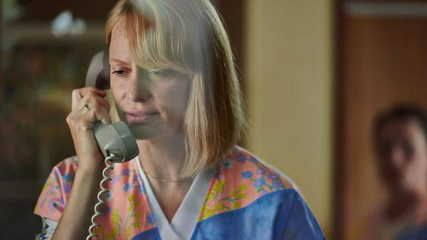 Michaela Ernst (Katharina Marie Schubert) telefoniert mit Jonas' Mutter, die aus West-Berlin anruft: Jonas ist an der Grenze abgehauen und verschwunden