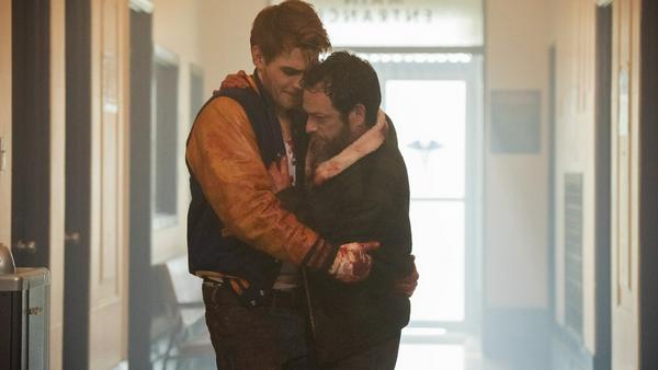 """KJ Apa alias Archie Andrews und Luke Perry alias Fred Andrews in der zweiten Staffel von """"Riverdale"""""""