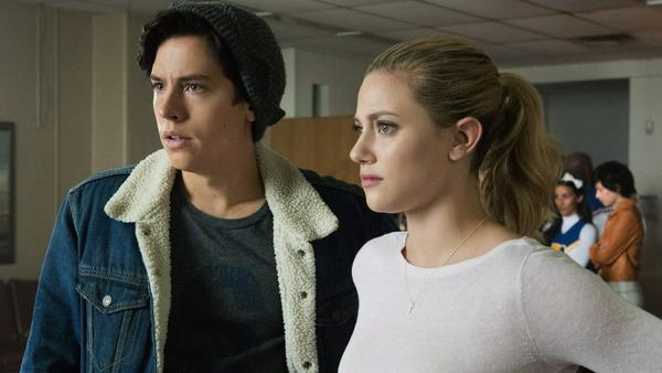 """Cole Sprouse alias Jughead Jones und Lili Reinhart alias Betty Cooper in der zweiten Staffel von """"Riverdale"""""""