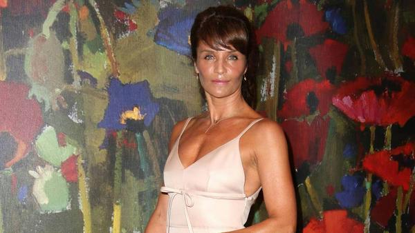 Model Helena Christensen setzte den Federsaum ihres Kleides gekonnt in Szene