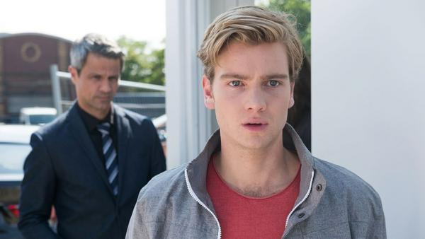 """""""Unter uns"""": Valentin (r.) begreift verletzt, dass sein Vater Benedikt seine Entscheidung nie akzeptieren wird"""