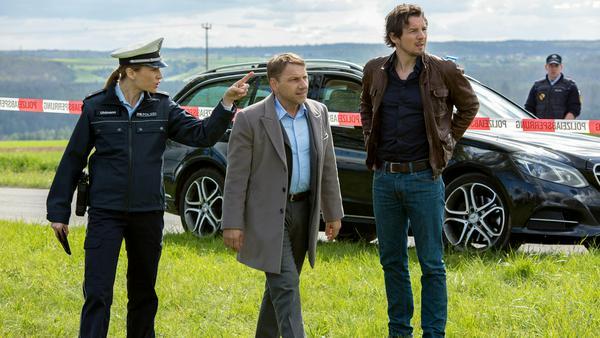 """""""Tatort: Der rote Schatten"""": Die Kommissare Lannert (Richy Müller) und Bootz (Felix Klare, r.) erreichen den Tatort"""