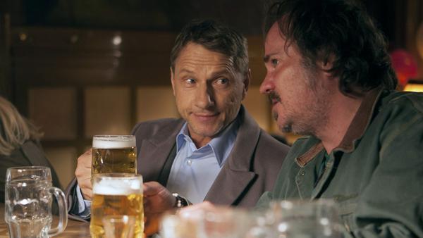 Heinz (Sascha Maaz) gehört sozusagen zum Inventar der Kneipe Schwertfisch und kann Thorsten Lannert (Richy Müller) einiges erzählen