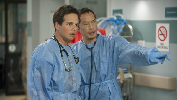 Dr. Scott Clemmens (Scott Wolf, links) und Dr. Topher Zia (Ken Leung) warten auf einen Patienten