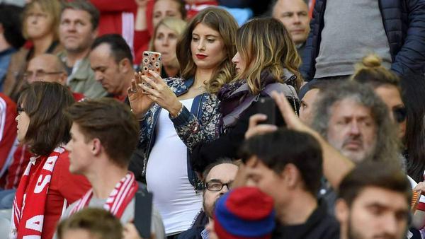 Cathy Hummels geht auch hochschwanger noch ins Stadion