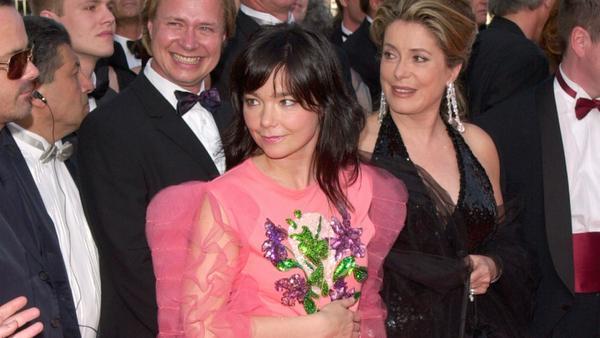 """Björk (Mitte) mit Catherine Deneuve (r.) bei der Premiere ihres Films """"Dancer In The Dark"""" beim Cannes Film Festival im Jahr 2000"""