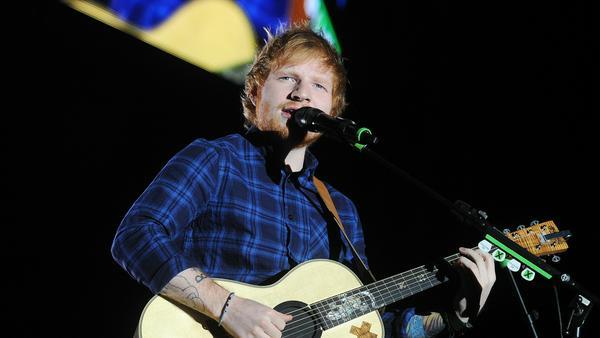 Ed Sheeran hat jetzt einen Gips am Arm