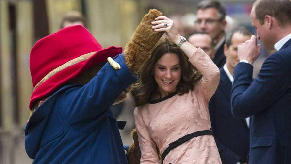 Herzogin Kate tanzt mit Paddington Bär