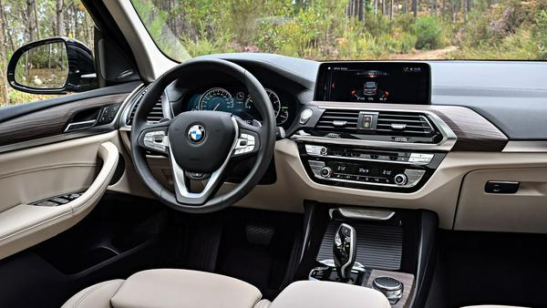 Gewohntes BMW-Cockpit: Aufgeräumt und gediegen