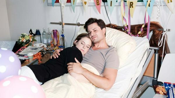 """""""Unter uns"""": Paco ist überrascht, dass Elli ihre Krankenschwester-Scharade voll durchgezogen hat"""