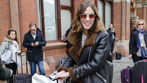 It-Girl Alexa Chung kombiniert ihre Lammfelljacke mit Jeans und Lackboots