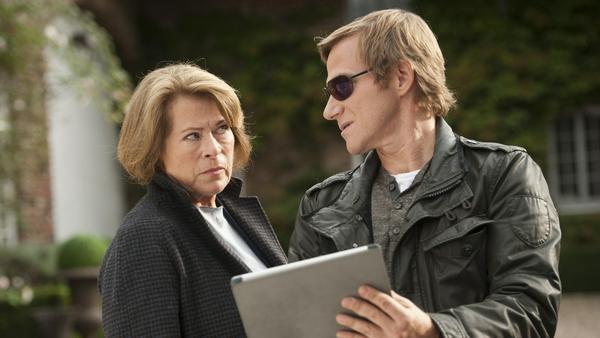 Anna Springer (Rita Russek) und ihr Assistent Overbeck (Roland Jankowsky) verfolgen die aktuellen Geschehnisse auf einem Tablet