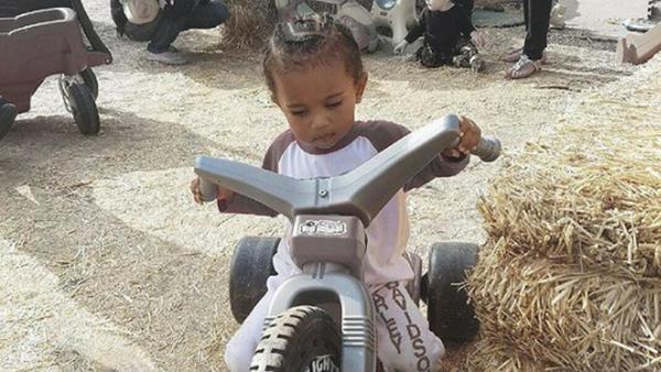 Früh übt sich: Saint West auf seinem Motorrad