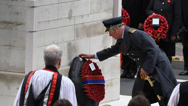 Prinz Charles legt den tradionellen Mohnblumenkranz am Kriegsdenkmal nieder