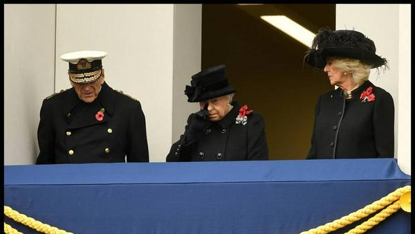 Eine offenbar emotionale Queen Elizabeth beobachtet die Zeremonie vom Balkon aus