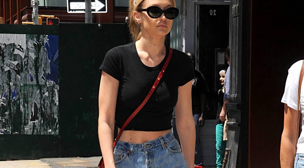 Retro-Brille und gerade Jeans: Diesen Sommerlook könnte Gigi Hadid auch im Herbst tragen