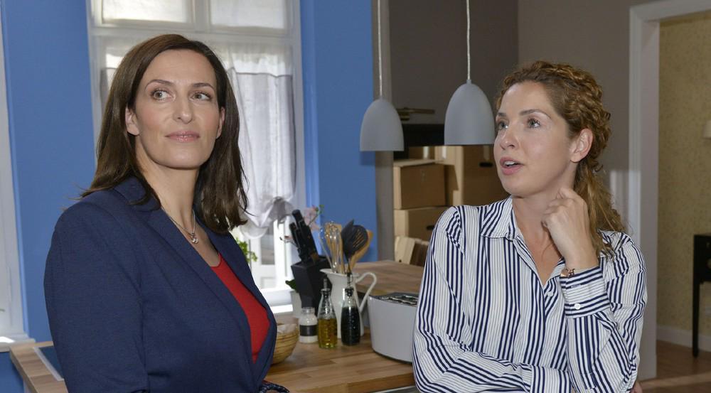 """""""GZSZ"""": Katrin (l.) stellt überrascht fest, dass Nina ein gutes Gespür für Inneneinrichtungen hat"""