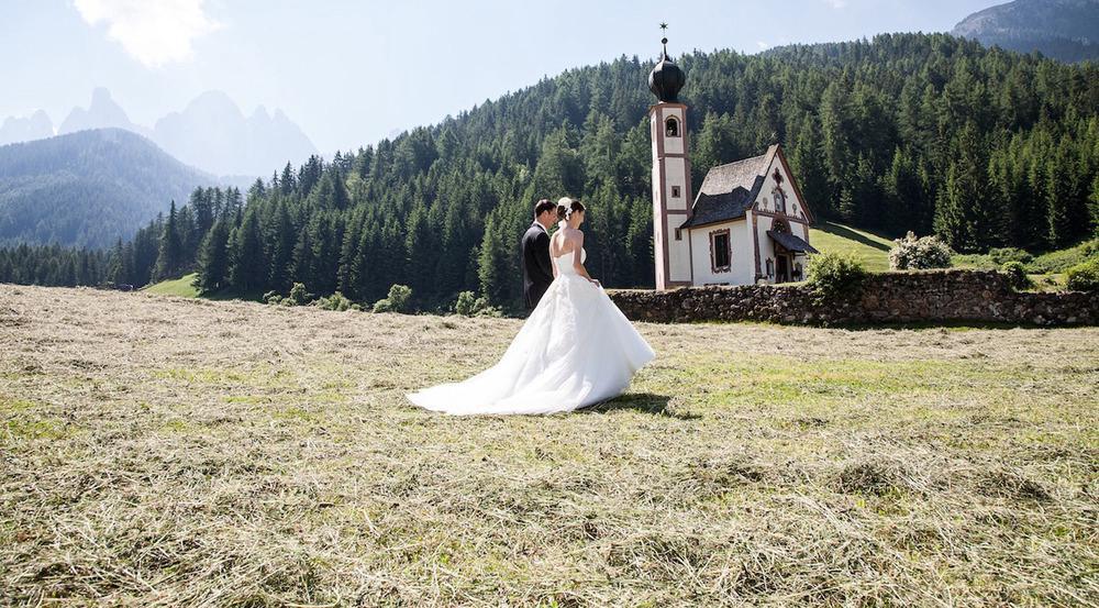 Hochzeit in der Kapelle neben dem Bauernhof in Südtirol