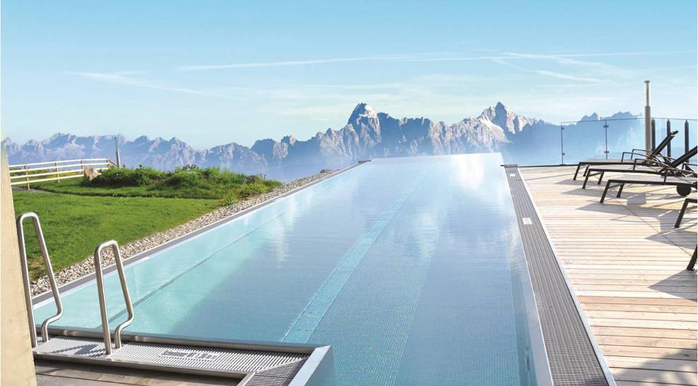 Bergketten bestimmen den Horizont im Infinite Pool