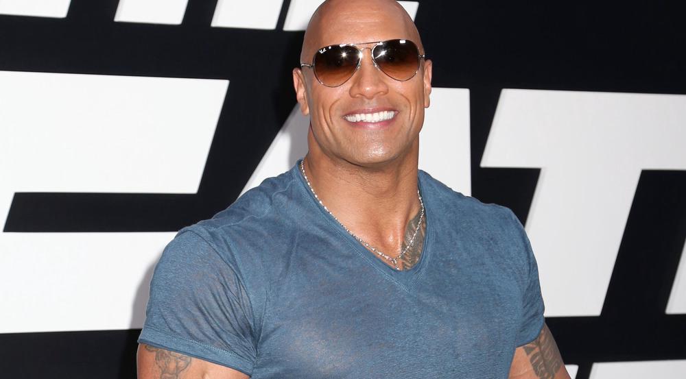 """Unter """"The Rocks"""" T-Shirt blitzt sein Tattoo hervor"""