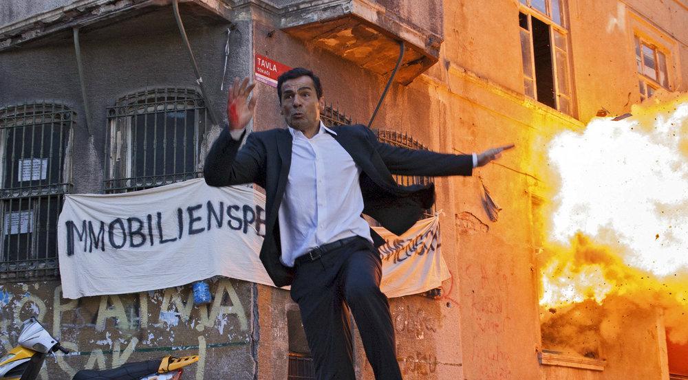 """""""Mordkommission Istanbul: Rettet Tarlabasi"""": Nur knapp entgeht Mehmet Özakin (Erol Sander) einer gewaltigen Explosion"""