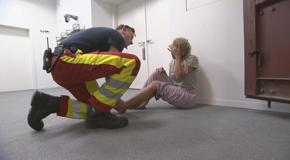 Ein Sanitäter kümmert sich um Evelyn Burdecki