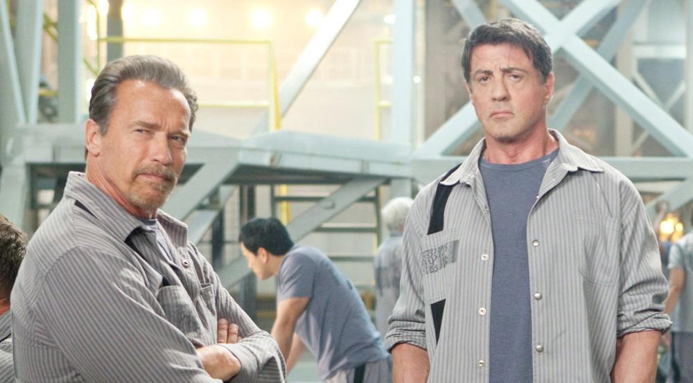 """""""Escape Plan"""": Rottmayer (Arnold Schwarzenegger, l.) und Breslin (Sylvester Stallone) arbeiten gemeinsam an einem kühnen Plan"""