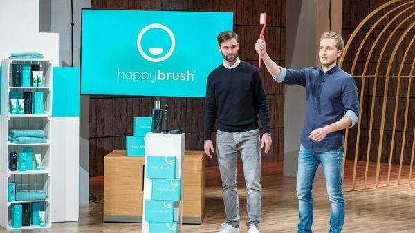"""Florian Kiener (l.) und Stefan Walter mit ihrer elektrischen Zahnbürste """"Happy Brush"""""""