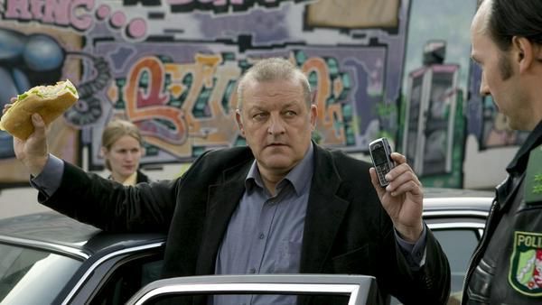 """""""Wilsberg: Royal Flush"""": Wilsberg (Leonard Lansink) wird von einer Polizeistreife angehalten"""