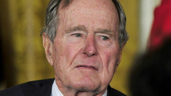 Soll beim Posieren für Fotos eine Frau sexuell belästigt haben: George H. W. Bush