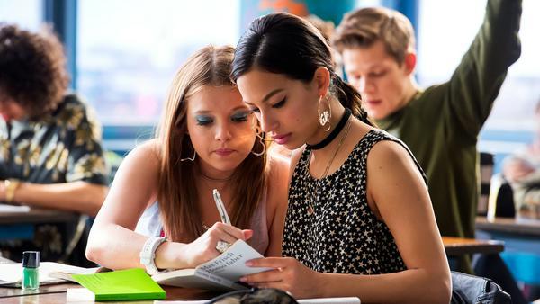 Chantal (Jella Haase) und Zeynep (Gizem Emre) probieren die Sache mit dem Lernen mal aus