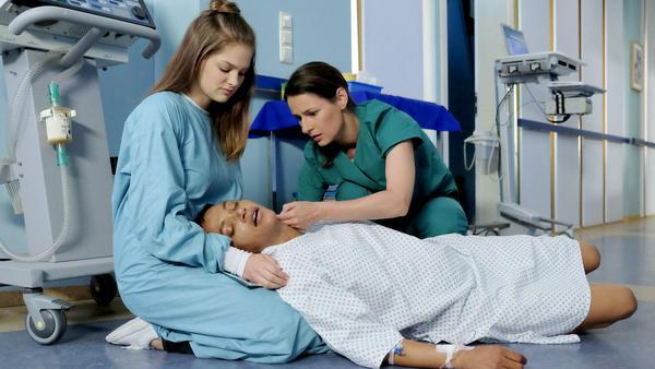 Iris Brooks (Sarah Masuch, liegend) bricht zusammen