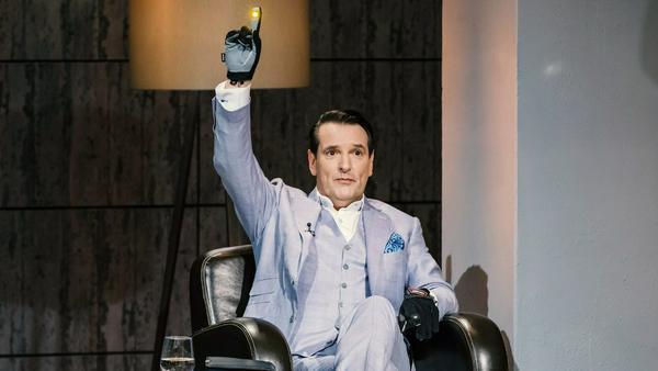 "Ralf Dümmel testet den ""Blinkerhandschuh"" - und investiert"