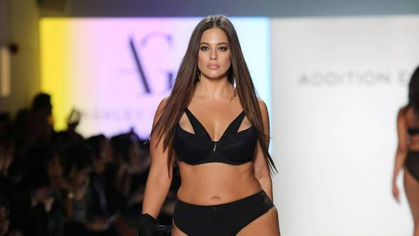 Ashley Graham präsentiert auf der New York Fashion Week ihre elegante Unterwäsche-Kollektion