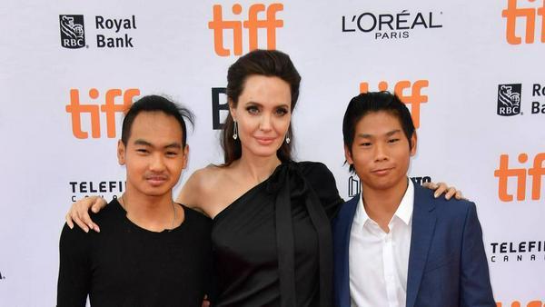 Angelina Jolie mit besonderer Begleitung: Maddox (li.) und Pax Jolie-Pitt