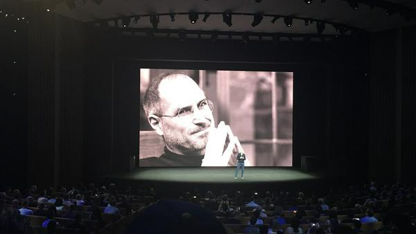 """Tim Cook erinnert im """"Steve Jobs Theater"""" mit rührenden Worten an das Apple-Mastermind"""
