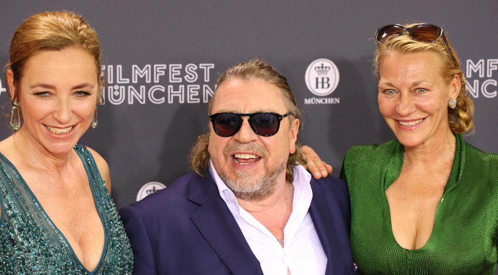 Schauspieler Armin Rohde Arm in Arm mit Festival-Chefin Diana Iljine (l.) und Schauspielerin Karen Böhne