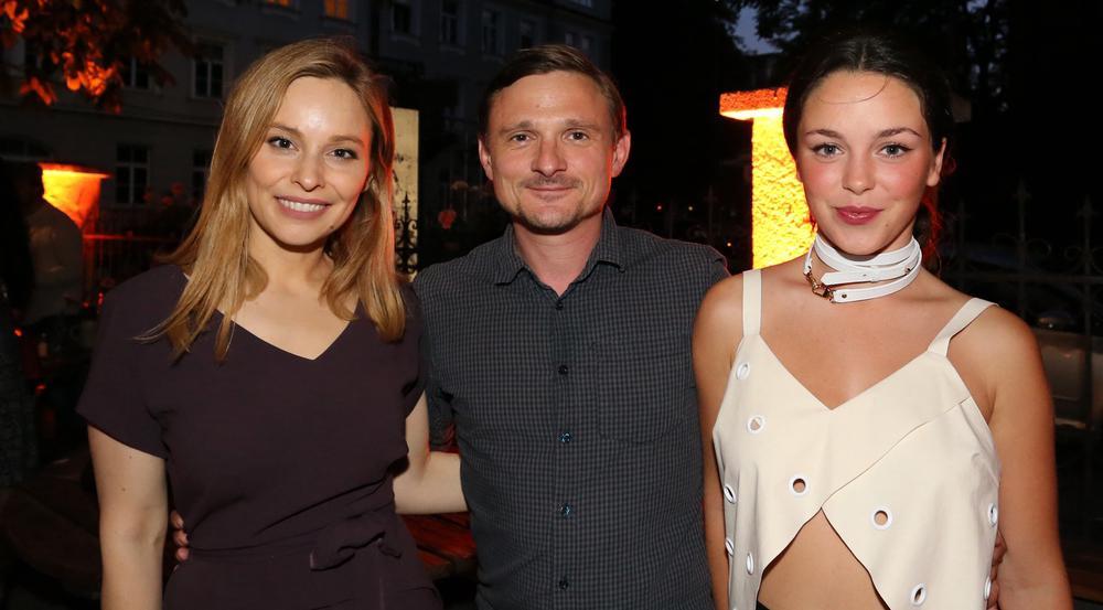 Hatten Spaß beim ARD Degeto Get together im Rahmen des Filmfestes München: die Schauspieler Florian Lukas mit Mina Tander (l.) und Tijan Marei