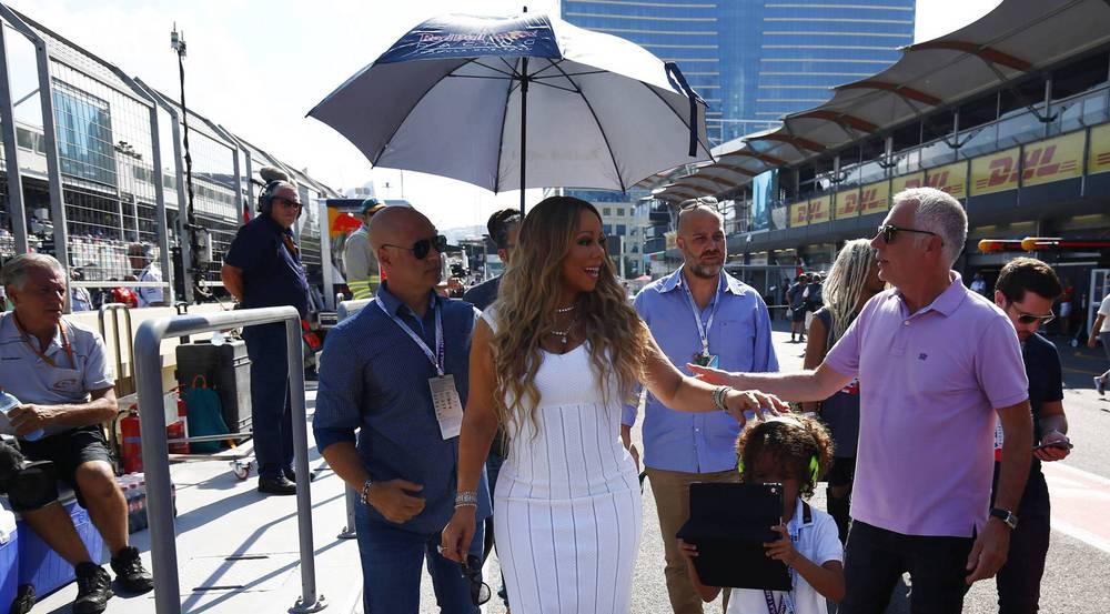 Mariah Carey flaniert im weißen Maxi-Kleid durch die Formel-1-Boxen