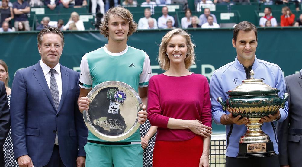 Eva Herzigova bei der Pokalübergabe an Sieger Roger Federer (re.) bei den 25. Gerry Weber Open in Halle/Westfalen