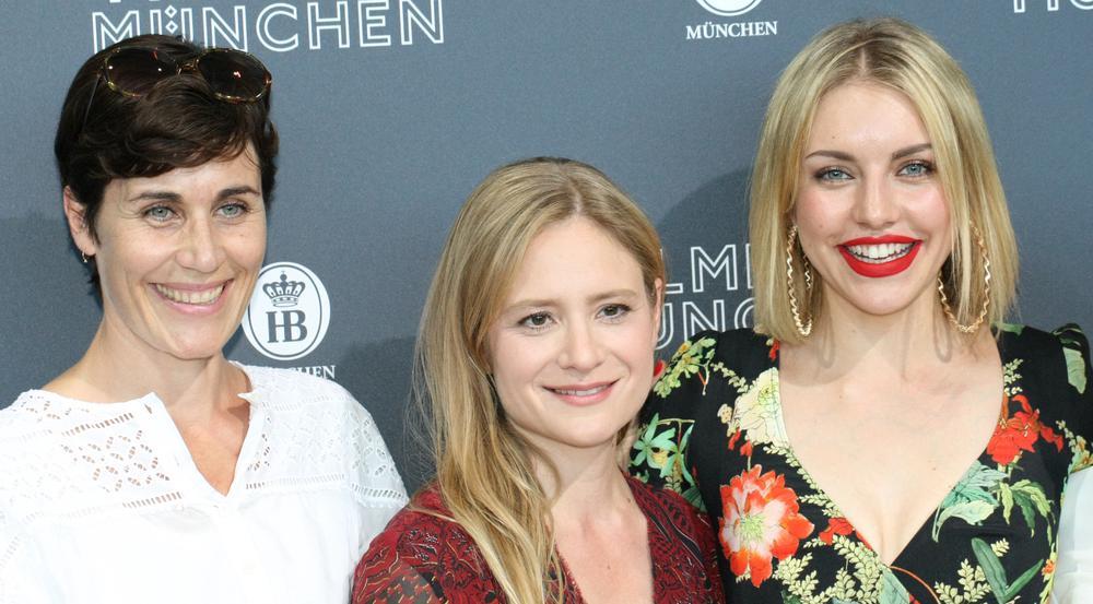 Schauspielerin Julia Jentsch (Mitte) war der Star der Premiere am Montag in München - ihre Kolleginnen Nina Kunzendorf und Johanna Ingelfinger (r.) kamen ebenfalls zur Premiere