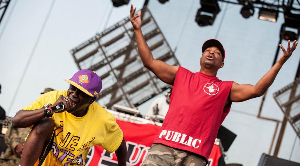 Die Public-Enemy-Rapper Flavor Flav (li.) und Chuck D in Aktion bei einem Auftritt in Belgrad