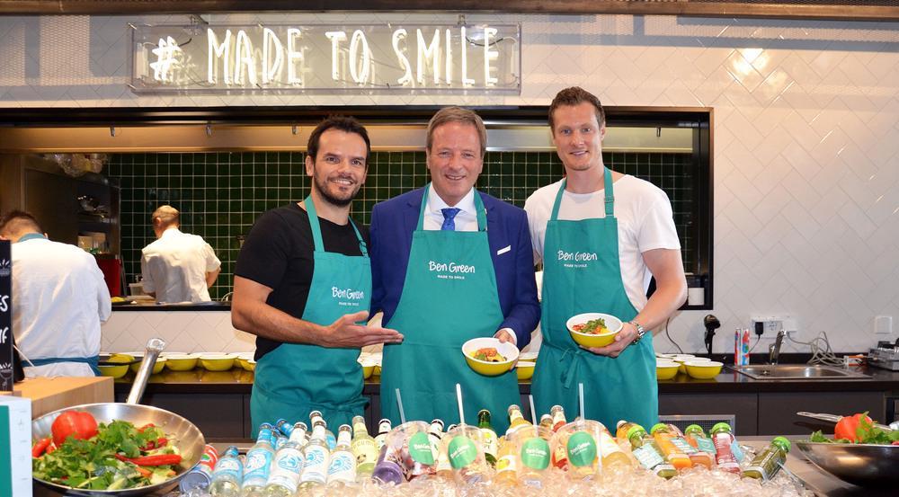 (v.l.n.r.) Steffen Henssler, Flughafenchef Michael Garvens und Marcell Jansen bei der Eröffnung des