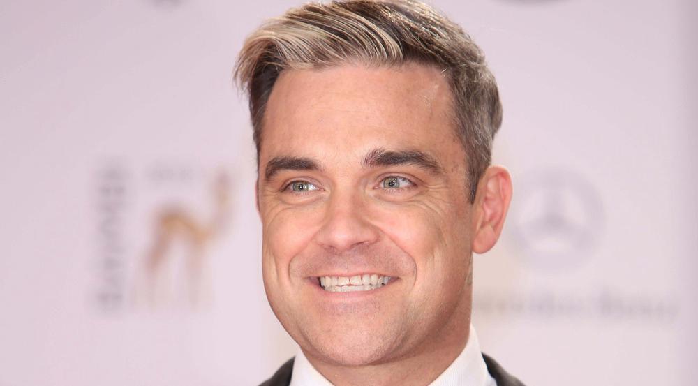 Robbie Williams ehrt seinen britischen Landsmann Roger Moore mit einem neuen Tattoo