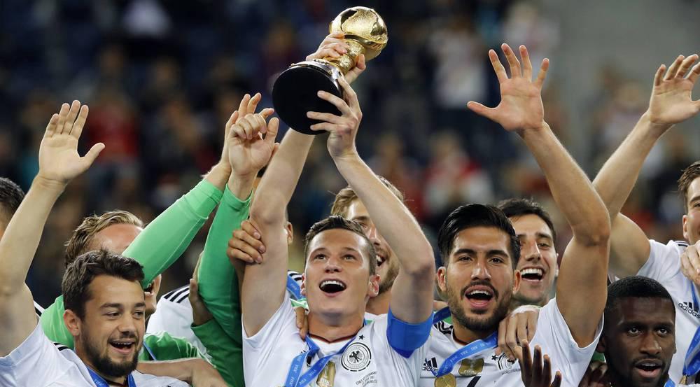 Confed-Cup-Kapitän Julian Draxler reckt den Pokal in die Höhe