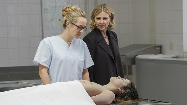 """""""Die Chefin: Paarungszeit"""" Vera (Katharina Böhm, r.) erfährt von Annegret Moll (Annina Hellenthal, l.), dass Jana Richard vergewaltigt wurde"""