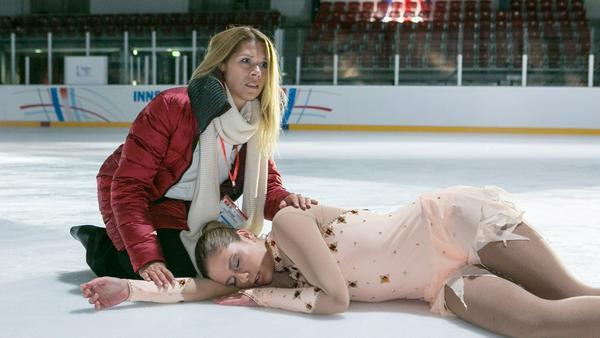 """""""Alles was zählt"""": Diana (l.) eilt Marie zur Hilfe, die bei ihrer Langkür schwer gestürzt ist"""