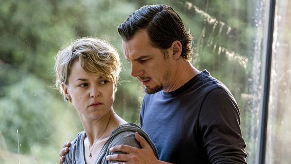 """""""Momentversagen"""": Leonie (Lisa Wagner) ist entsetzt und enttäuscht, als Manuel (Felix Klare) ihr schließlich die Wahrheit gesteht"""